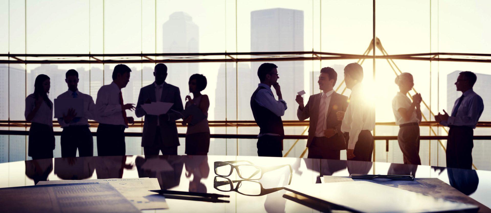 Eine Gruppen von Menschen im Dialog