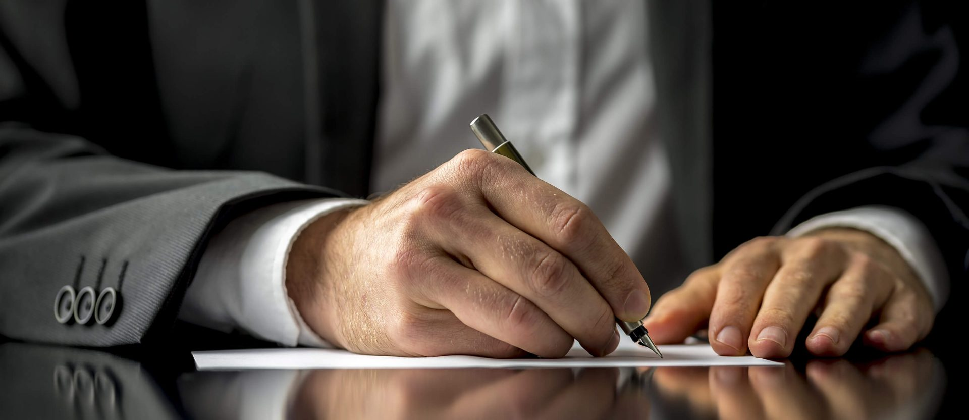Steuerberater Hannover unterschreibt einen Vertrag