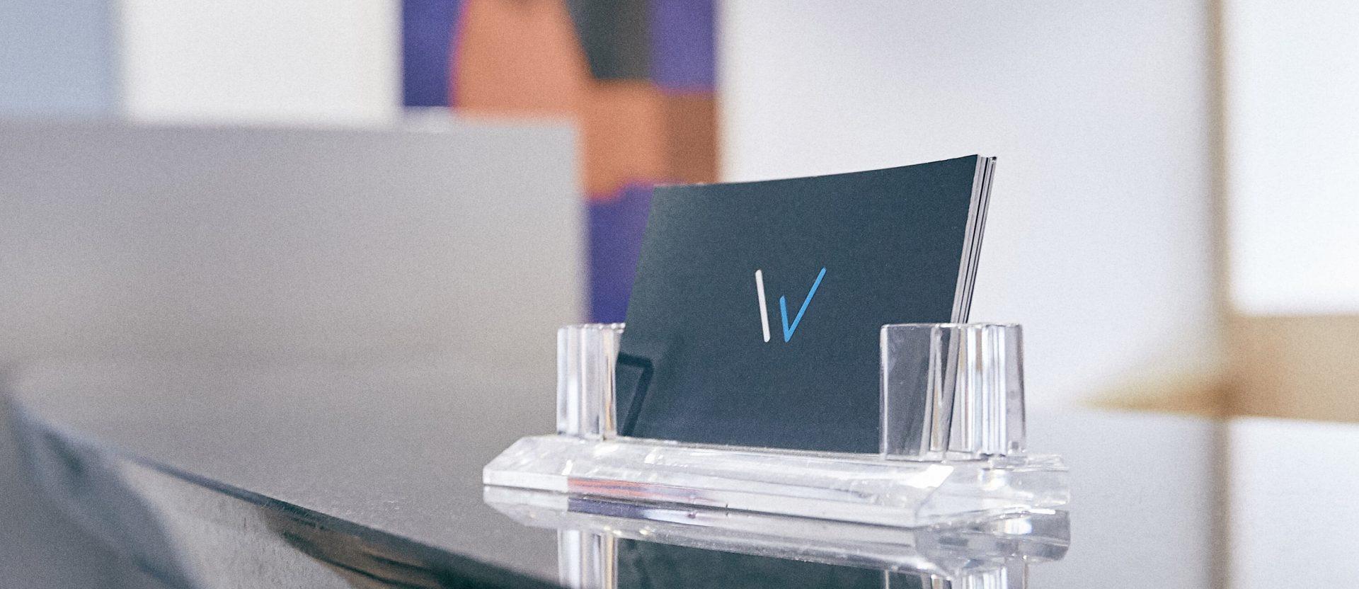Visitenkarten der Steuerberater Wedemeier auf einem Schreibtisch
