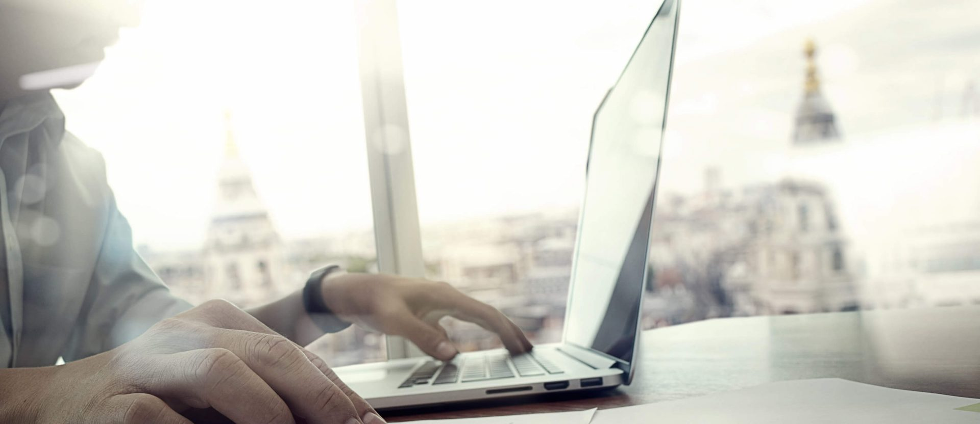 Person sitzt an einem Laptop