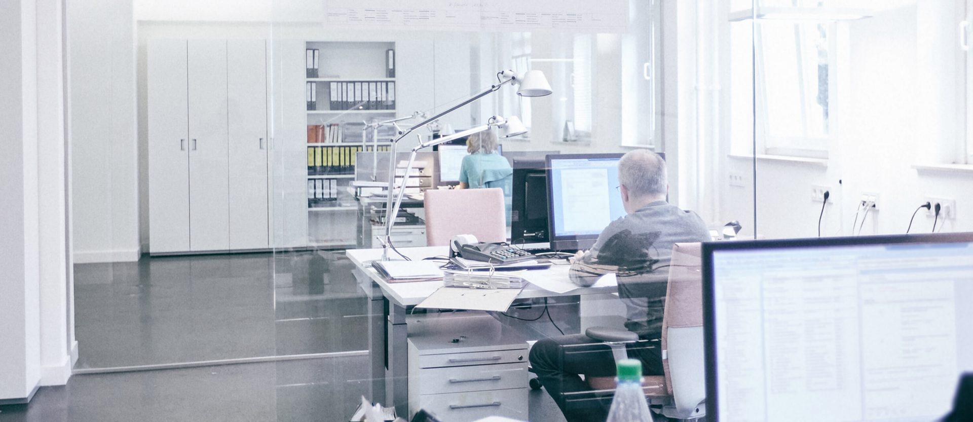 Helle und offene Büroräume der Mitarbeiter in Steuerkanzlei